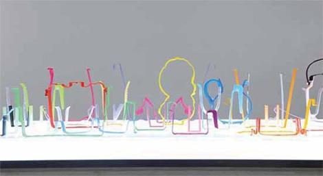 "Isidora Correa. ""Línea discontinua"", 2011. Objetos plásticos."