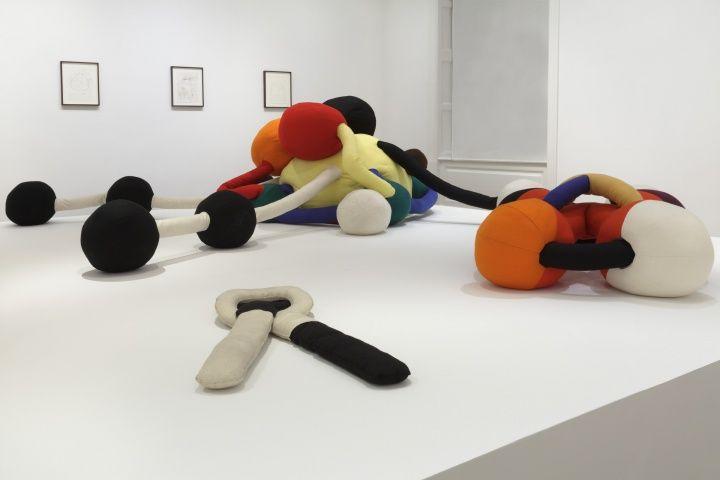 Conjunto escultórico de Peck para la exposición Felt Works.