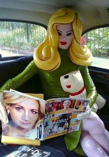 Pandemonia en taxi lee revistas del corazón.