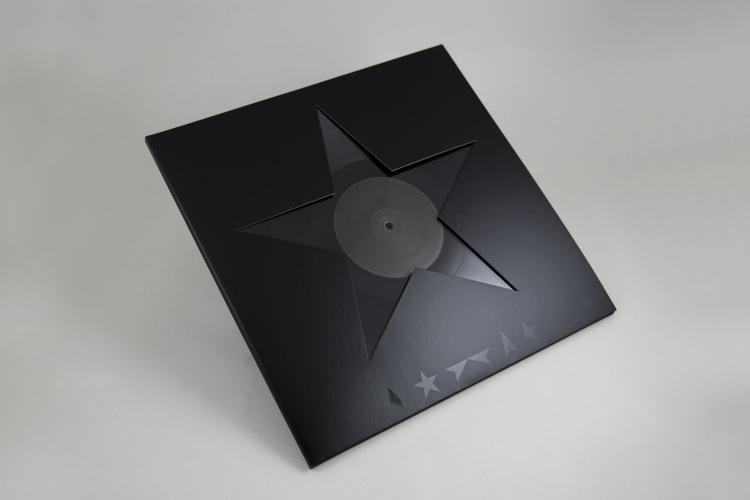 El primer post del año 2016 lo dediqué a Bowie y cierro el ciclo con este artwork, seleccionado como uno de los mejores diseños del año por el Design Museum de UK.